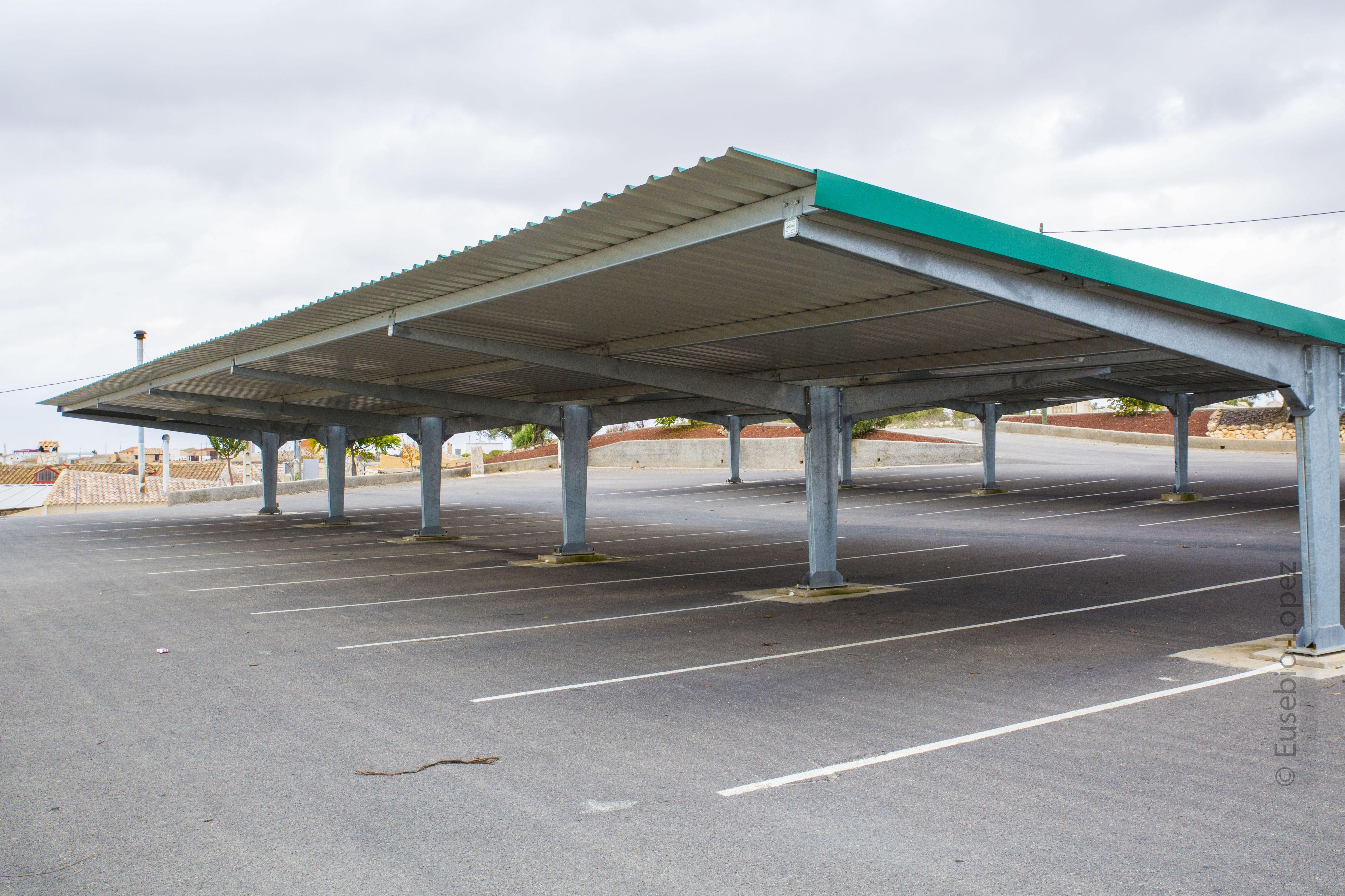 Zona de aparcamiento para coches en el restaurante