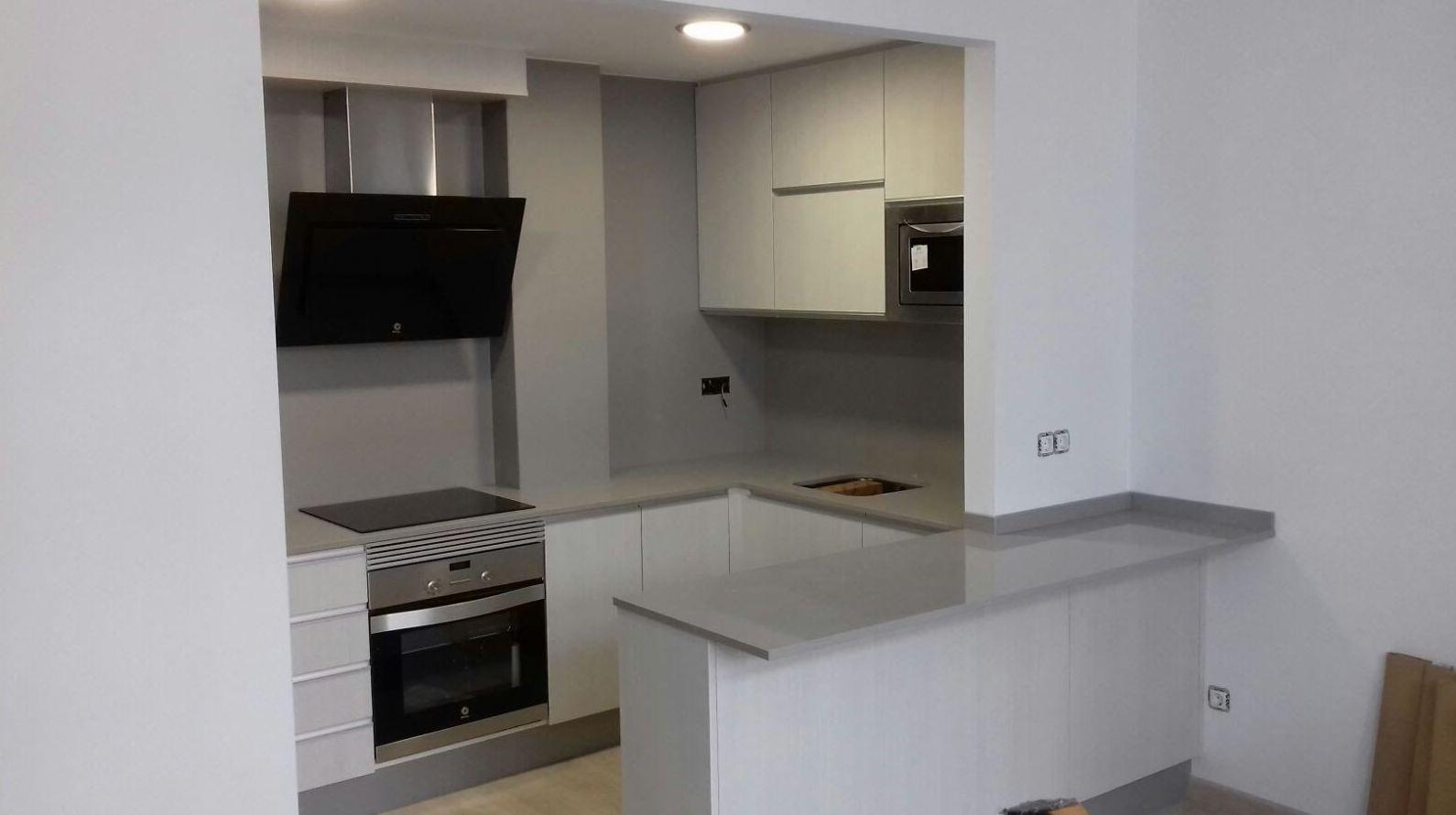 Cocina de diseño actual en color blanco.