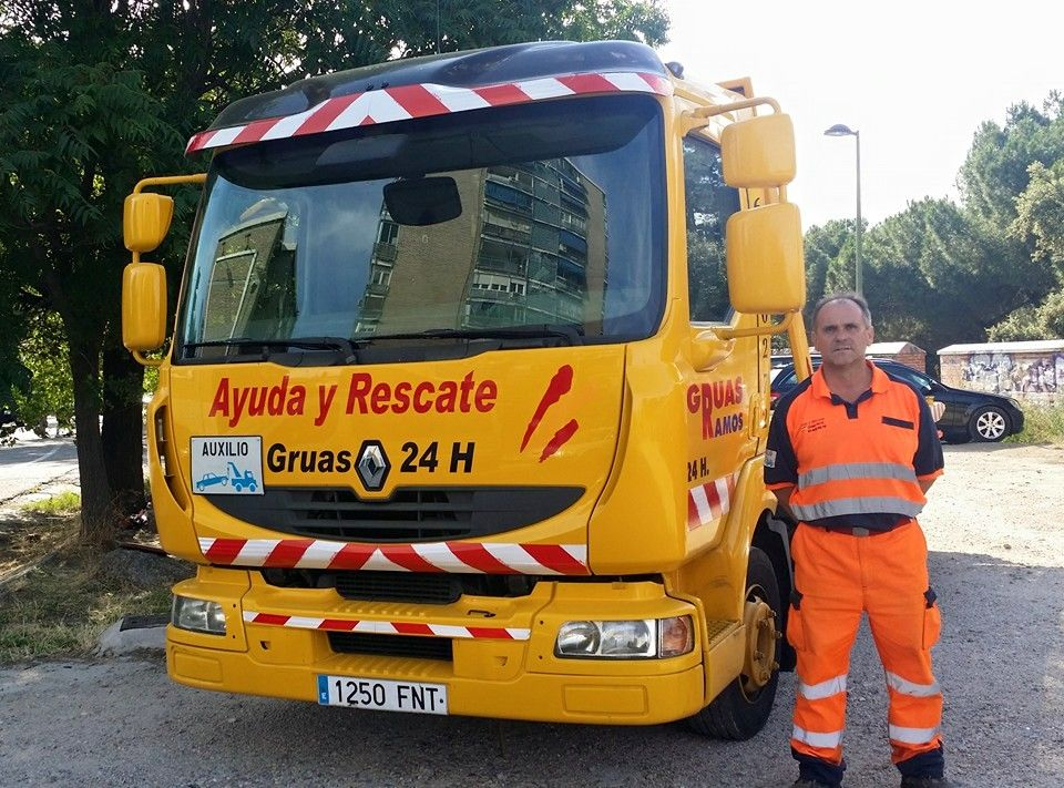Servicio de grúas 24 horas: Servicios de Ayuda y Rescate 24 Horas