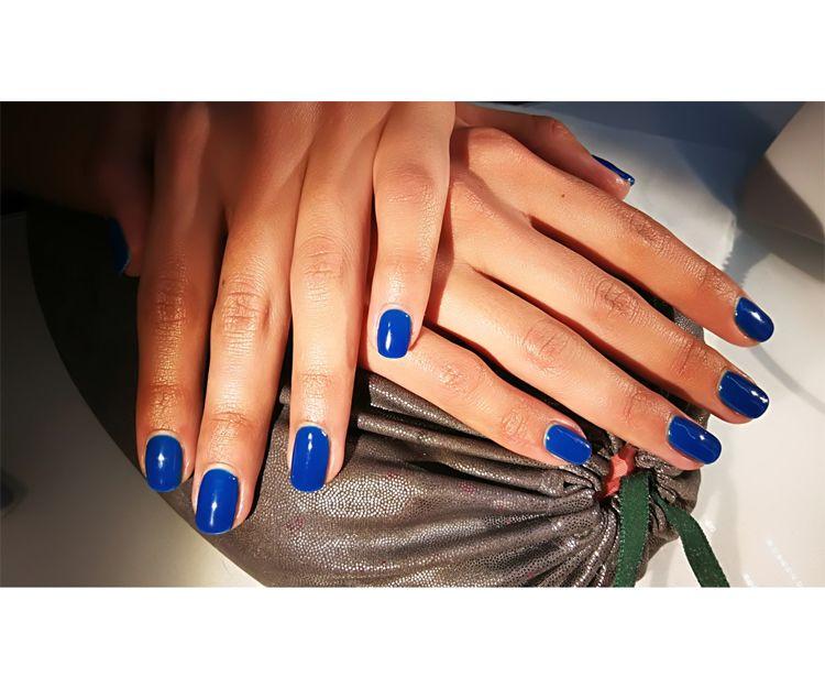 Un color azul para tus uñas