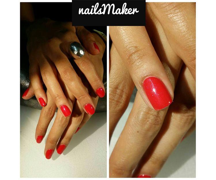 Luce unas uñas de color
