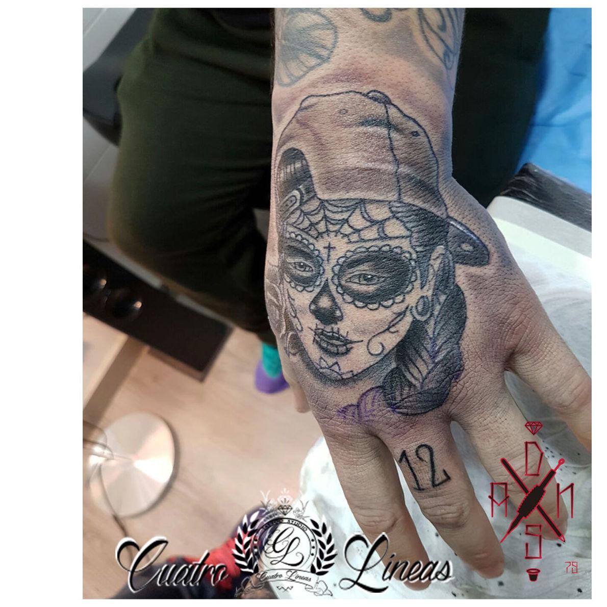 Catrina en la mano, tatuaje profesional Cuatro Líneas tattoo
