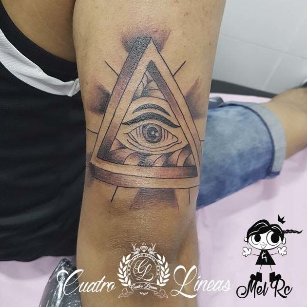 Tatuaje geométrico, illuminati, ojo tatuaje carabanchel