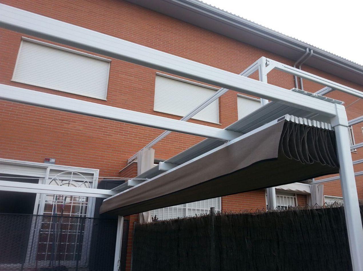 Detalle de pérgola Elite Tarragona con doble portería y tejadillo
