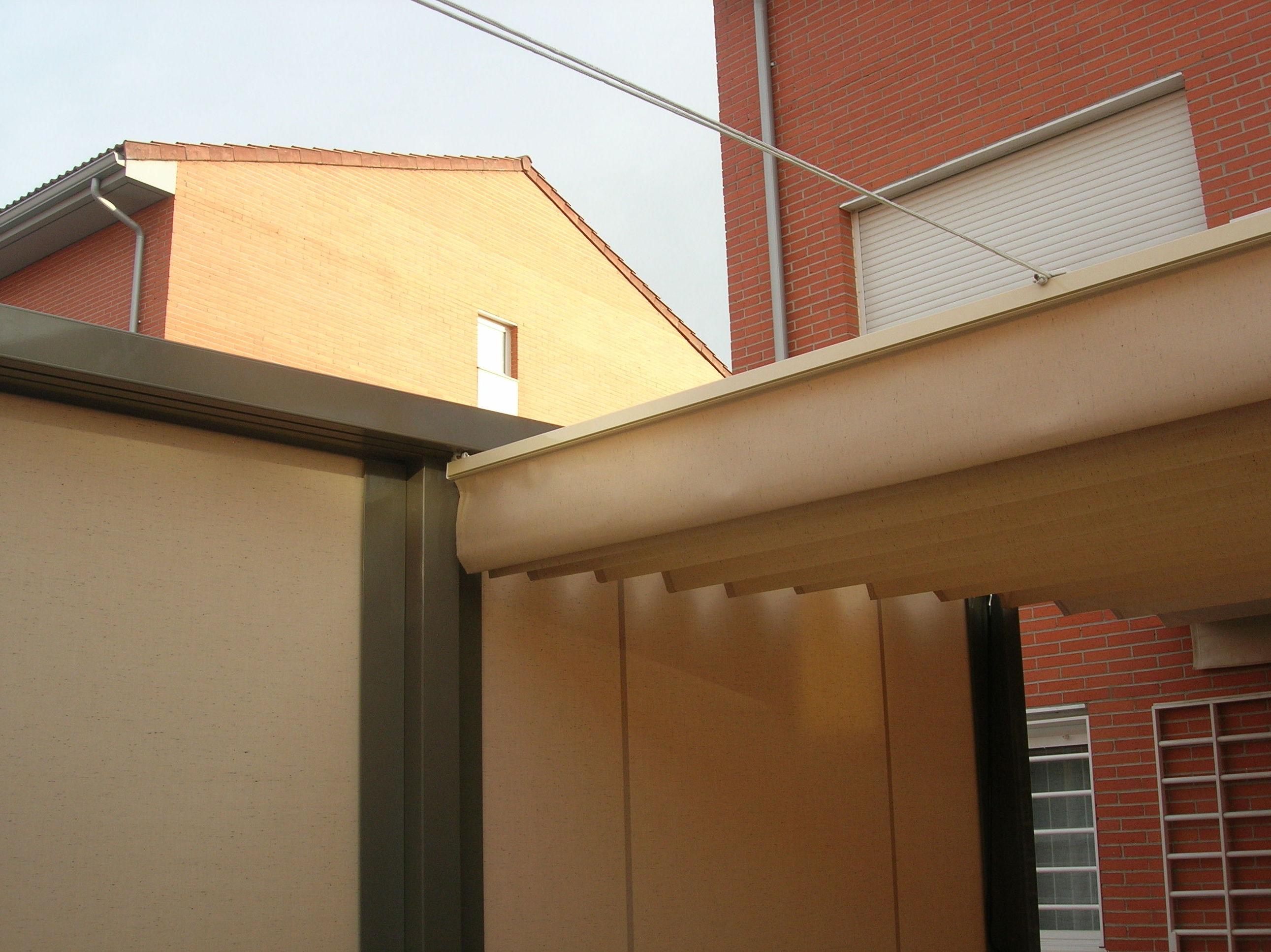 Pérgola modelo 110X110 con toldos verticales