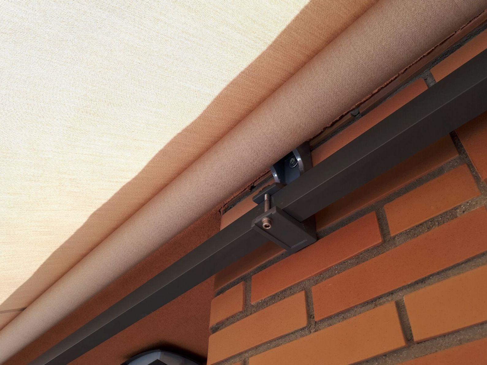 Soporte frente techo para toldo extensible monobloc