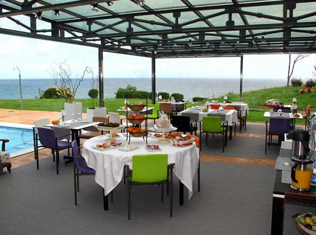 Servicio de restaurante en el terraza Mutriku - Guipúzcoa