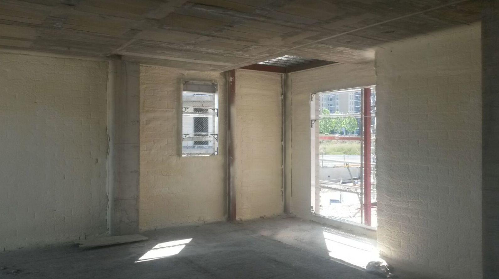 Proyección de espuma rígida de poliuretano en muros.