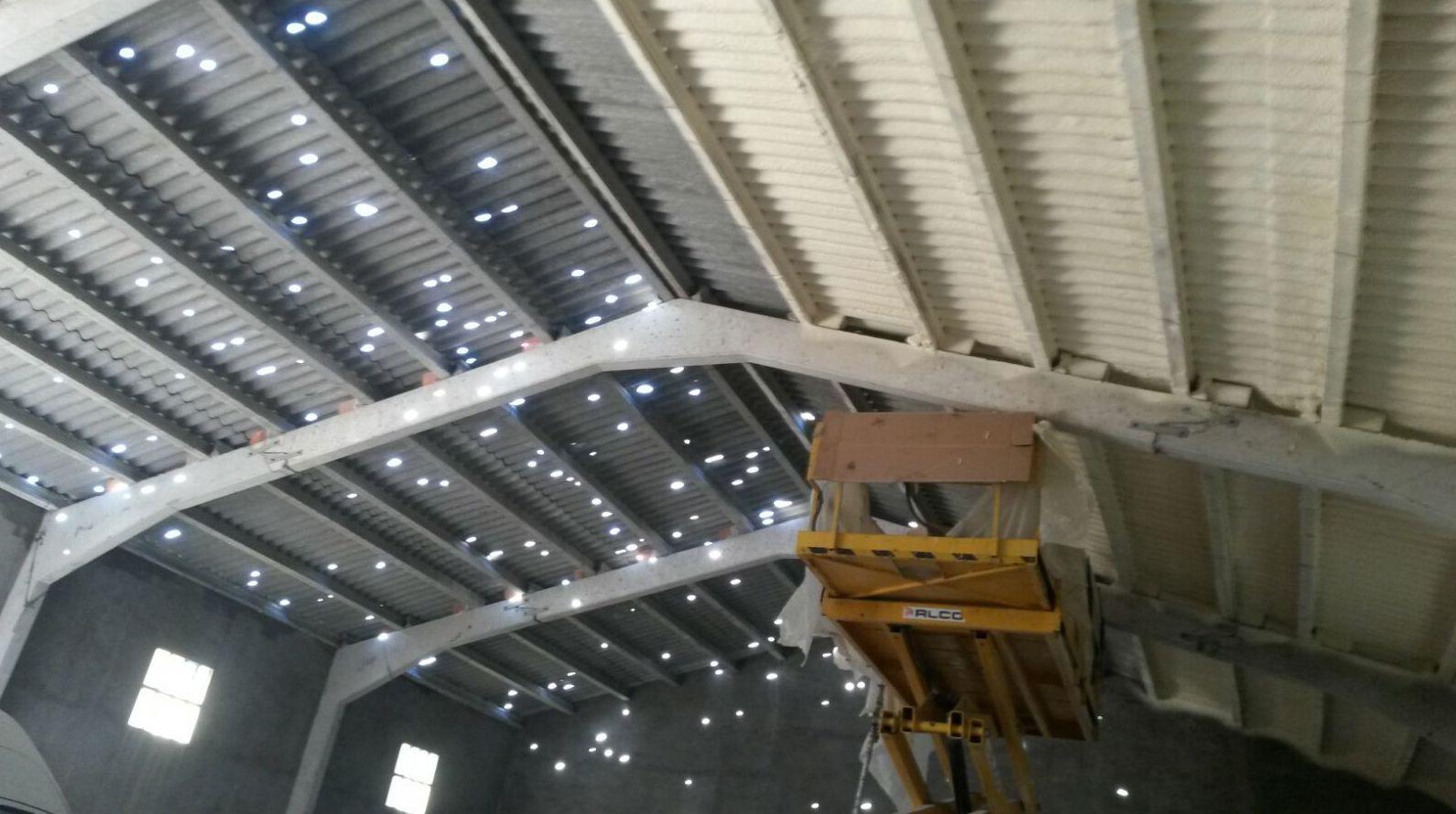 Aislamiento y protección de techo de nave deteriorada por granizo.