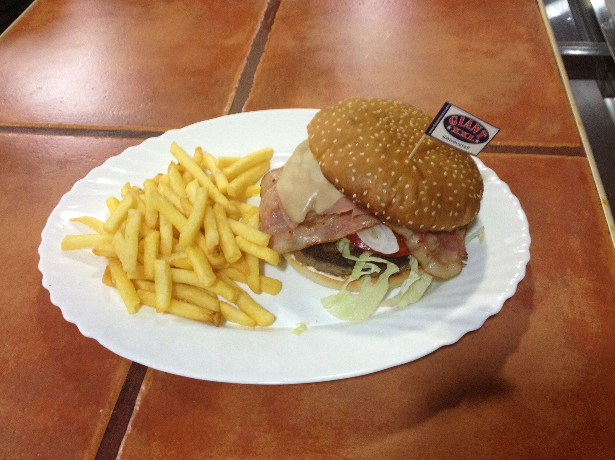 Menú de hamburguesa con patatas