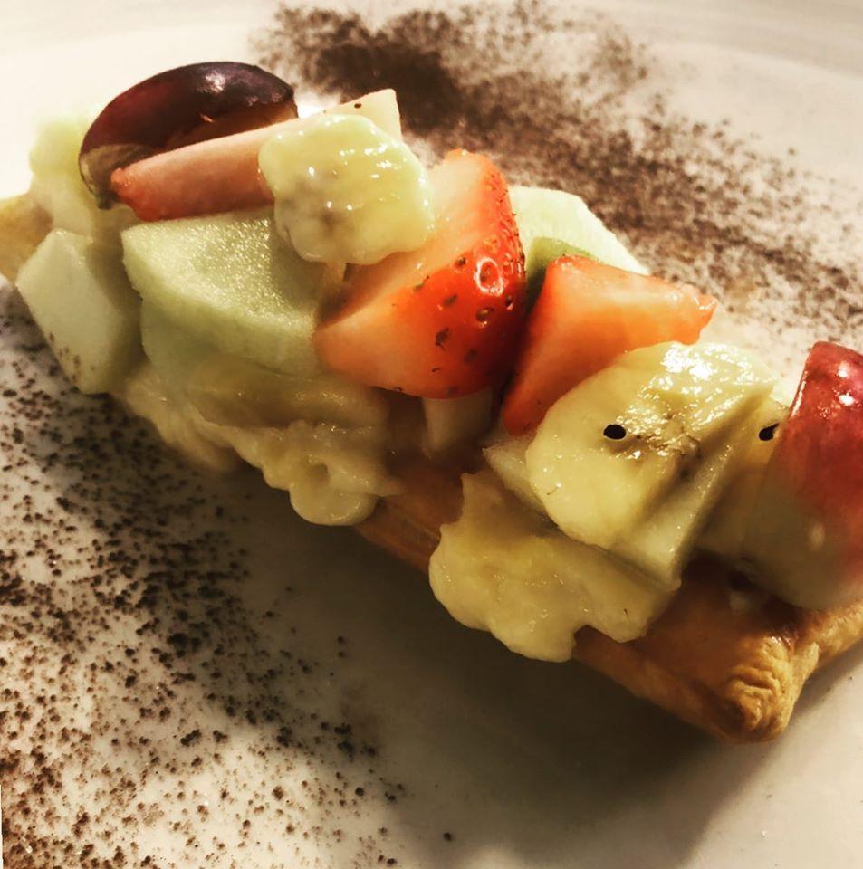 Banda de hojaldre con crema y frutas