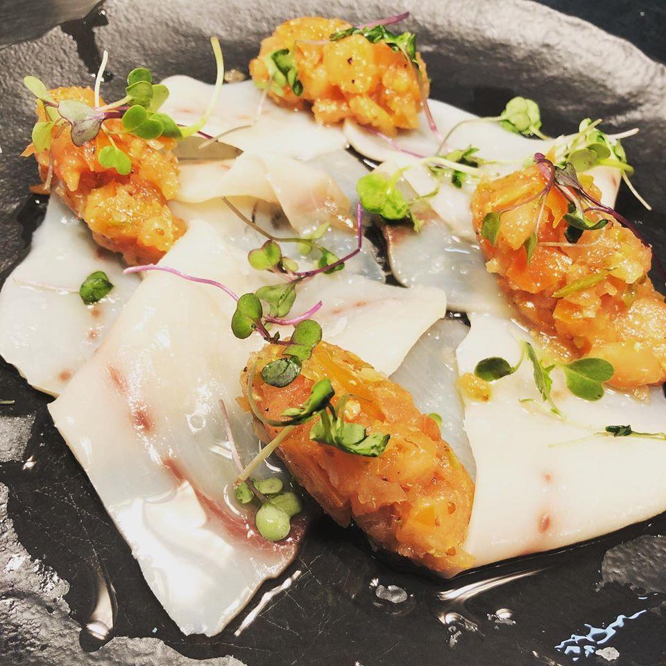 Carpaccio de pez espada con tartar de tomate