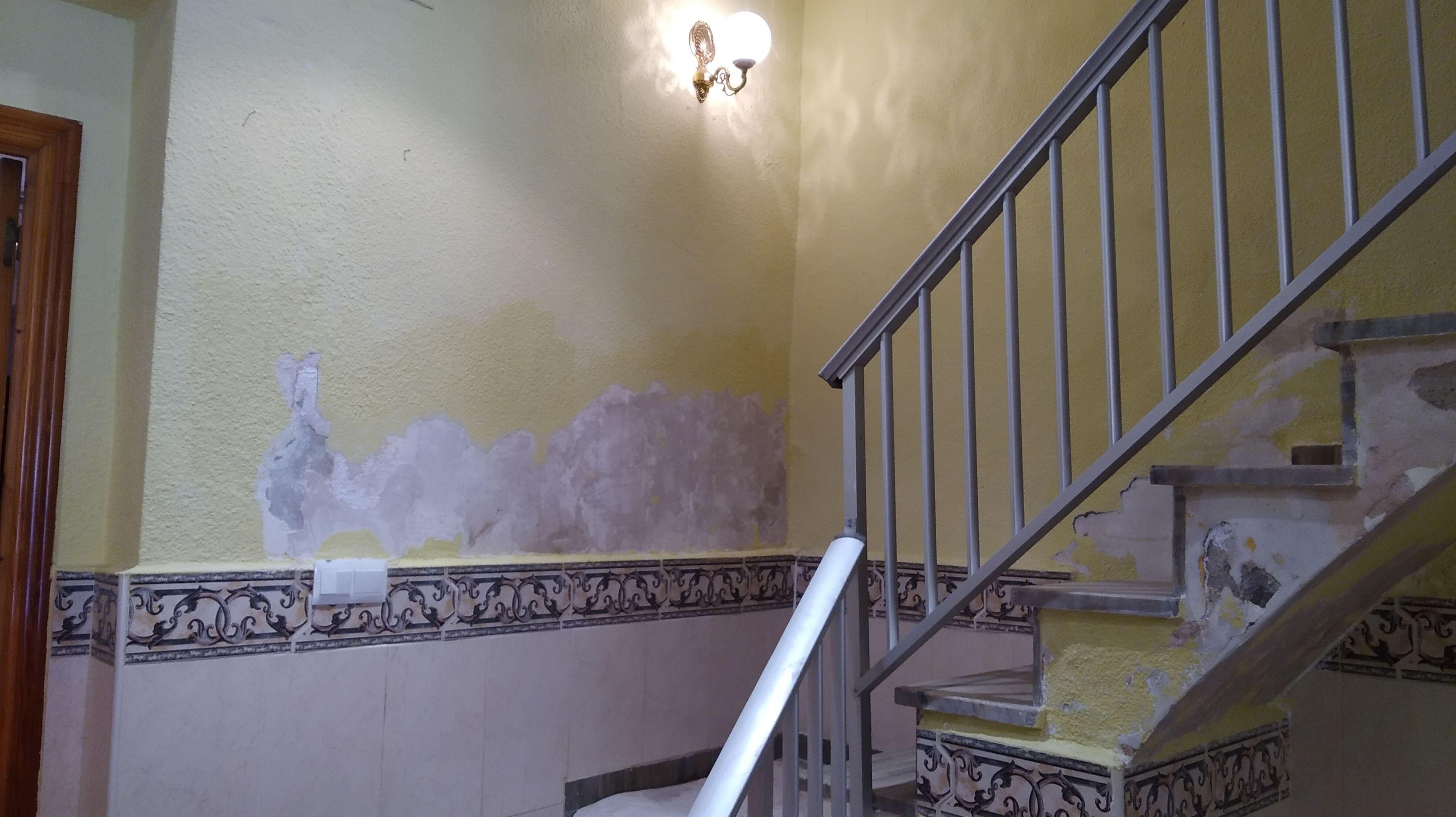 INTERIOR DE VIVIENDA CON HUMEDADES EN LAS PAREDES EN ALZIRA