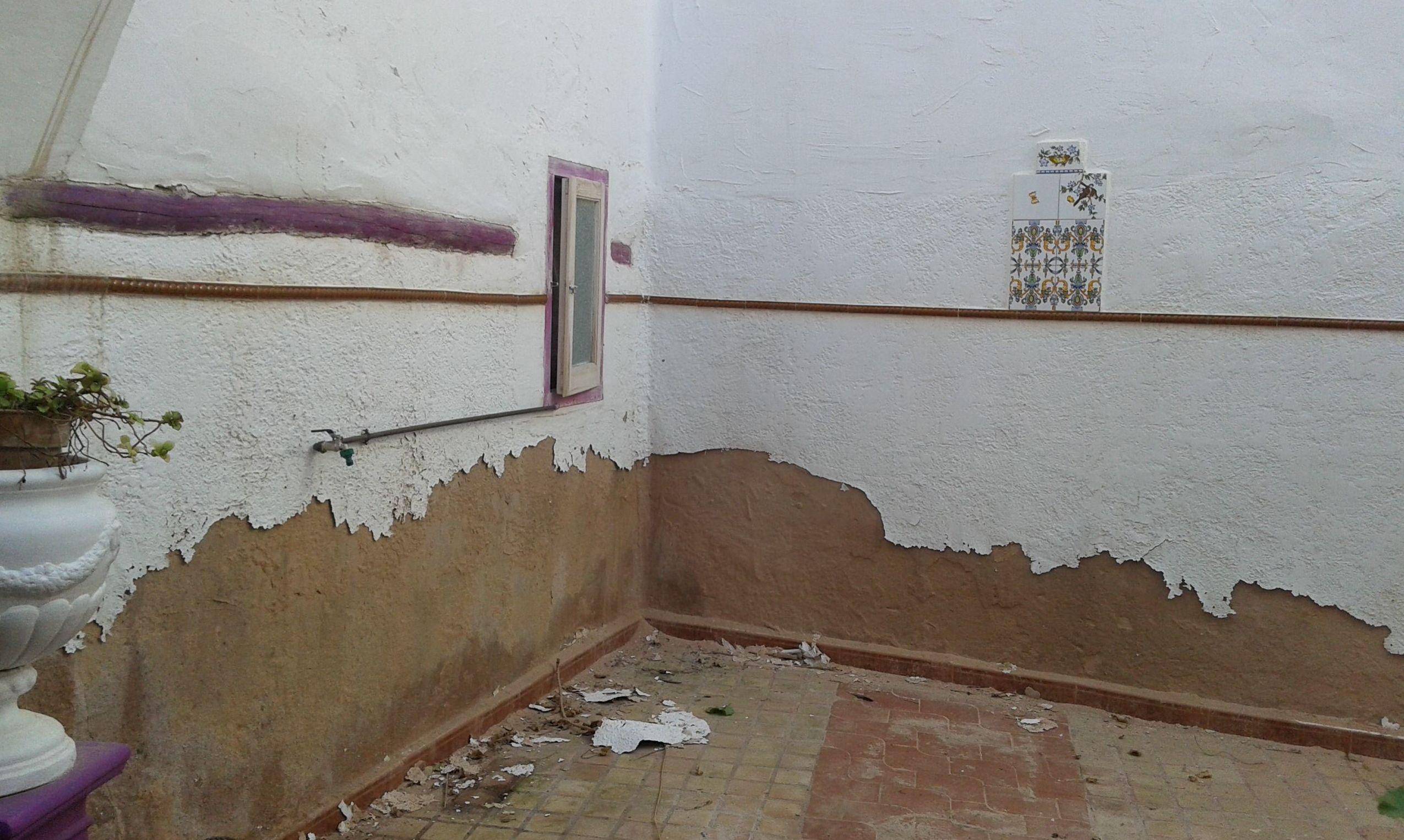 PATIO DE CASA RURAL CON HUMEDADES, EN  LOSA DEL OBISPO ( VALENCIA )