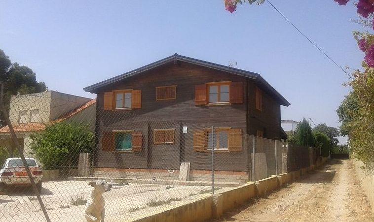Revestimiento con CORCHO PROYECTADO de una casa de madera en Picassent