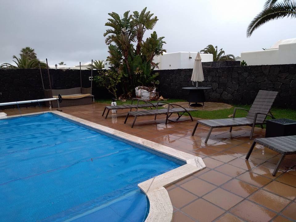 Piscina y muebles de jardín en Las Palmas