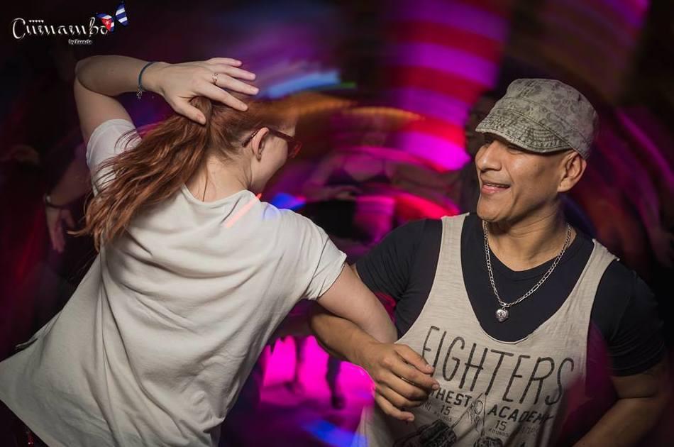 Bailamos salsa Cubana en discoteca Cumambo Barcelona www.marcandoelpaso.es/es