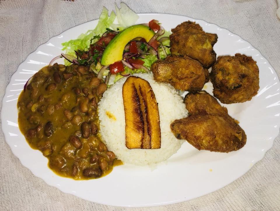 Menestra con pollo , ensalada ,arroz y maduro