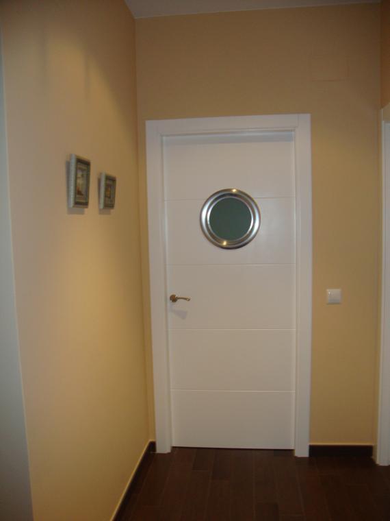 puerta lacada con ojo de buey