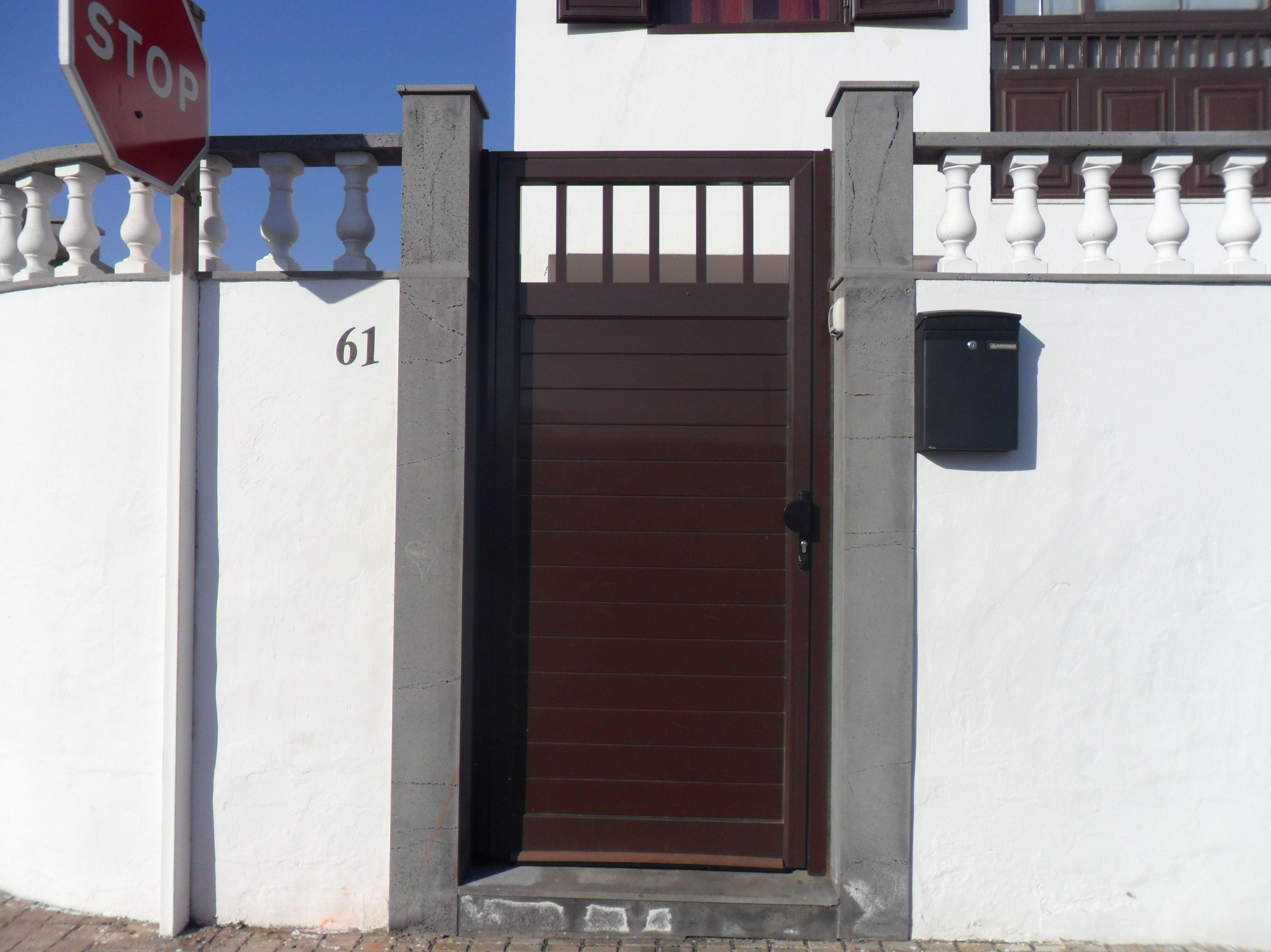 Puerta de aluminio color marrón