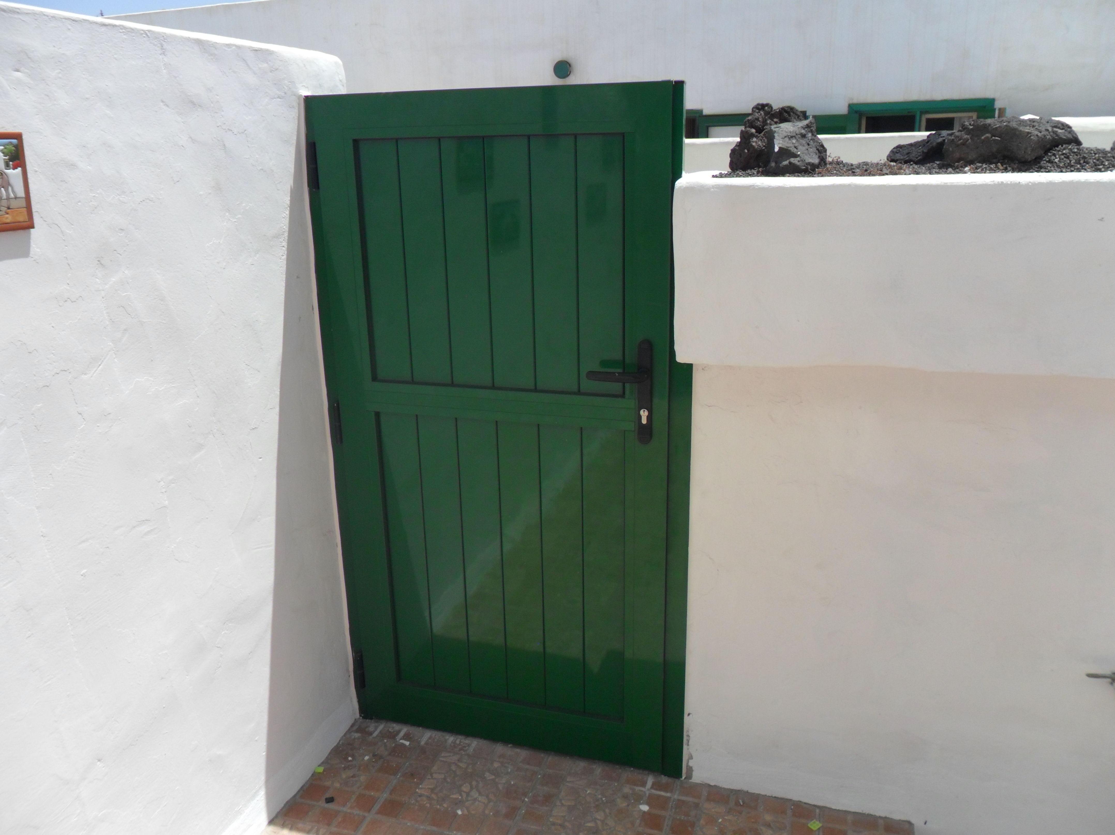 Puerta de aluminio color verde para chalé