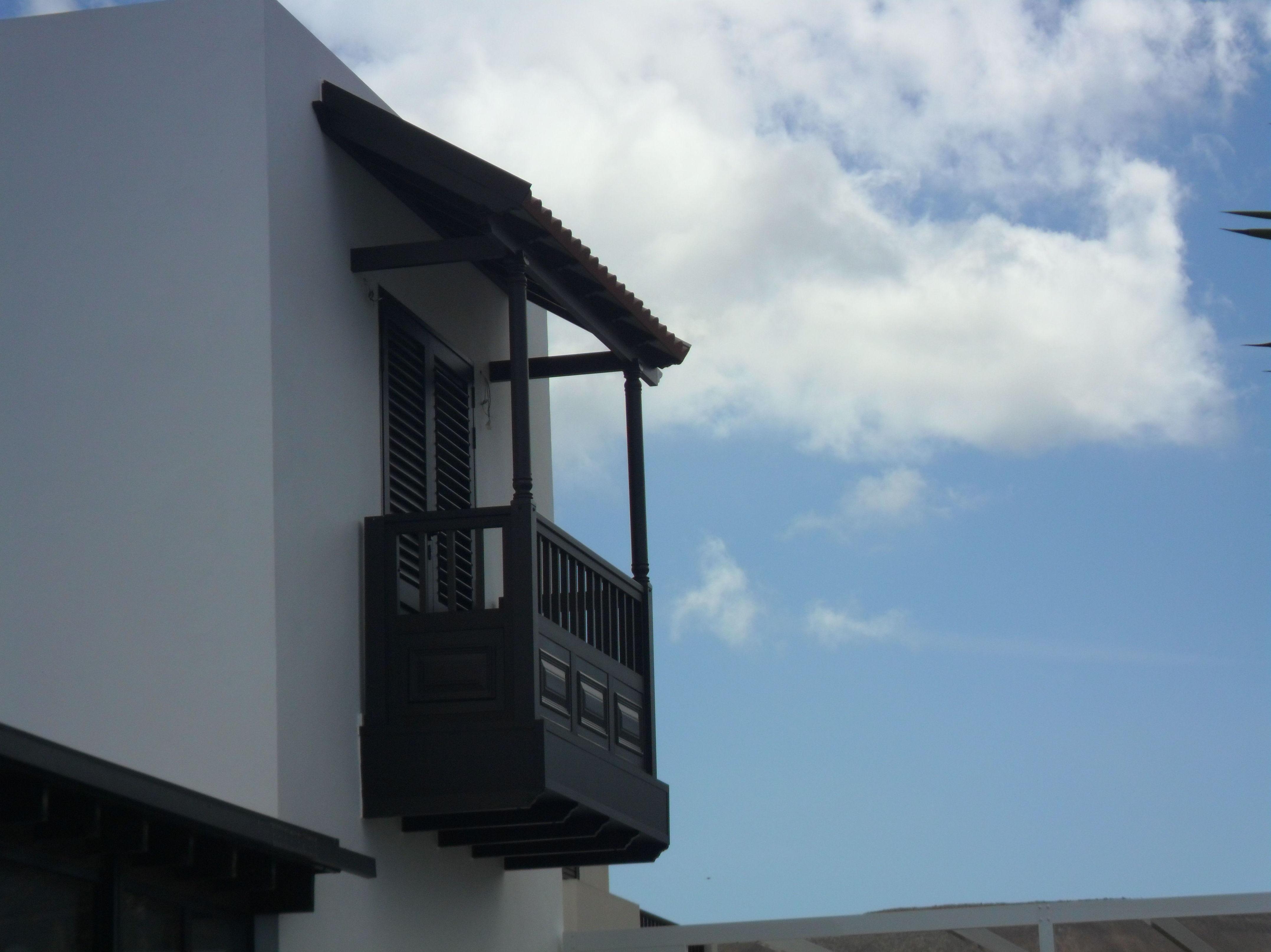 Vista lateral de balcón realizado en aluminio