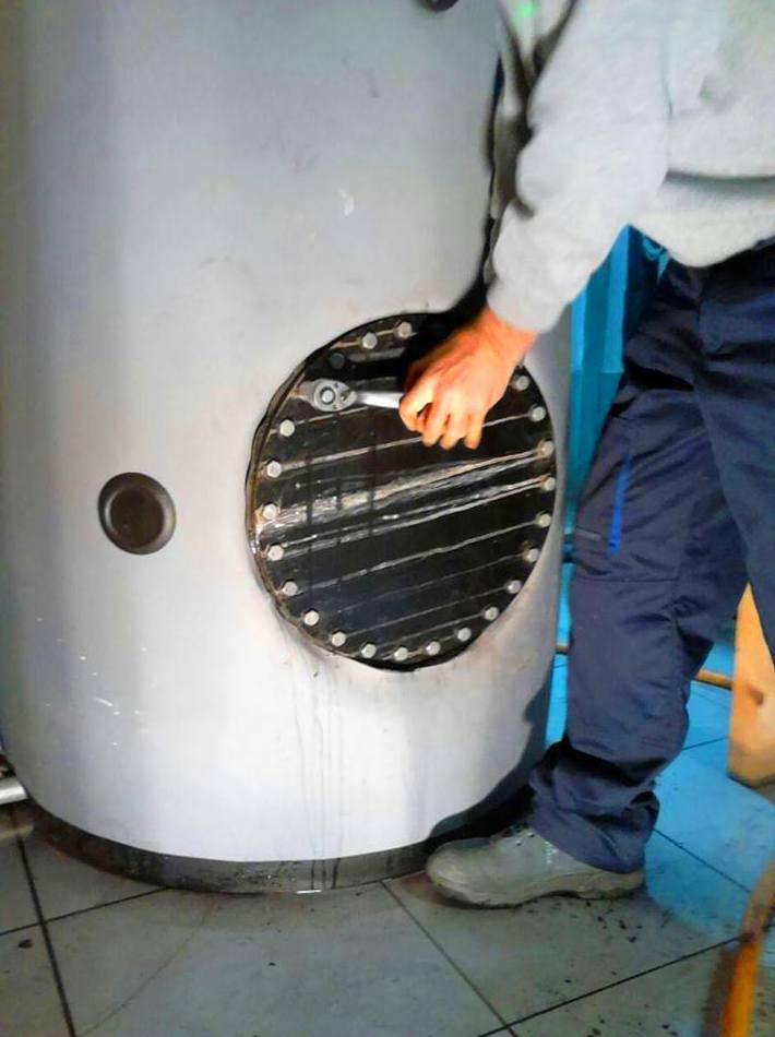 Apertura de boca de hombre en un acumulador de ACS en aplicación de protocolo anti-legionella