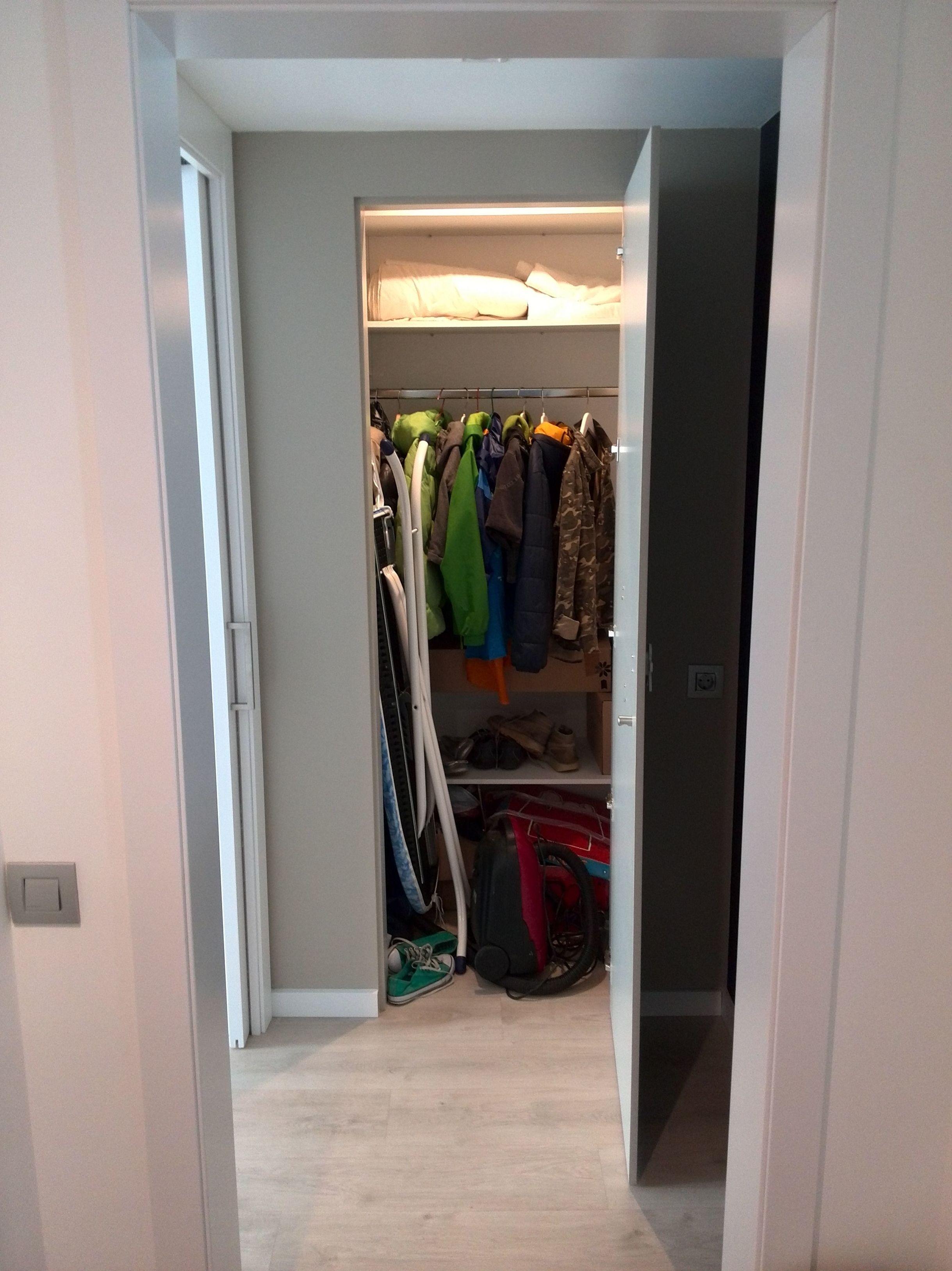 Interior armario empotrado con puertas color gris