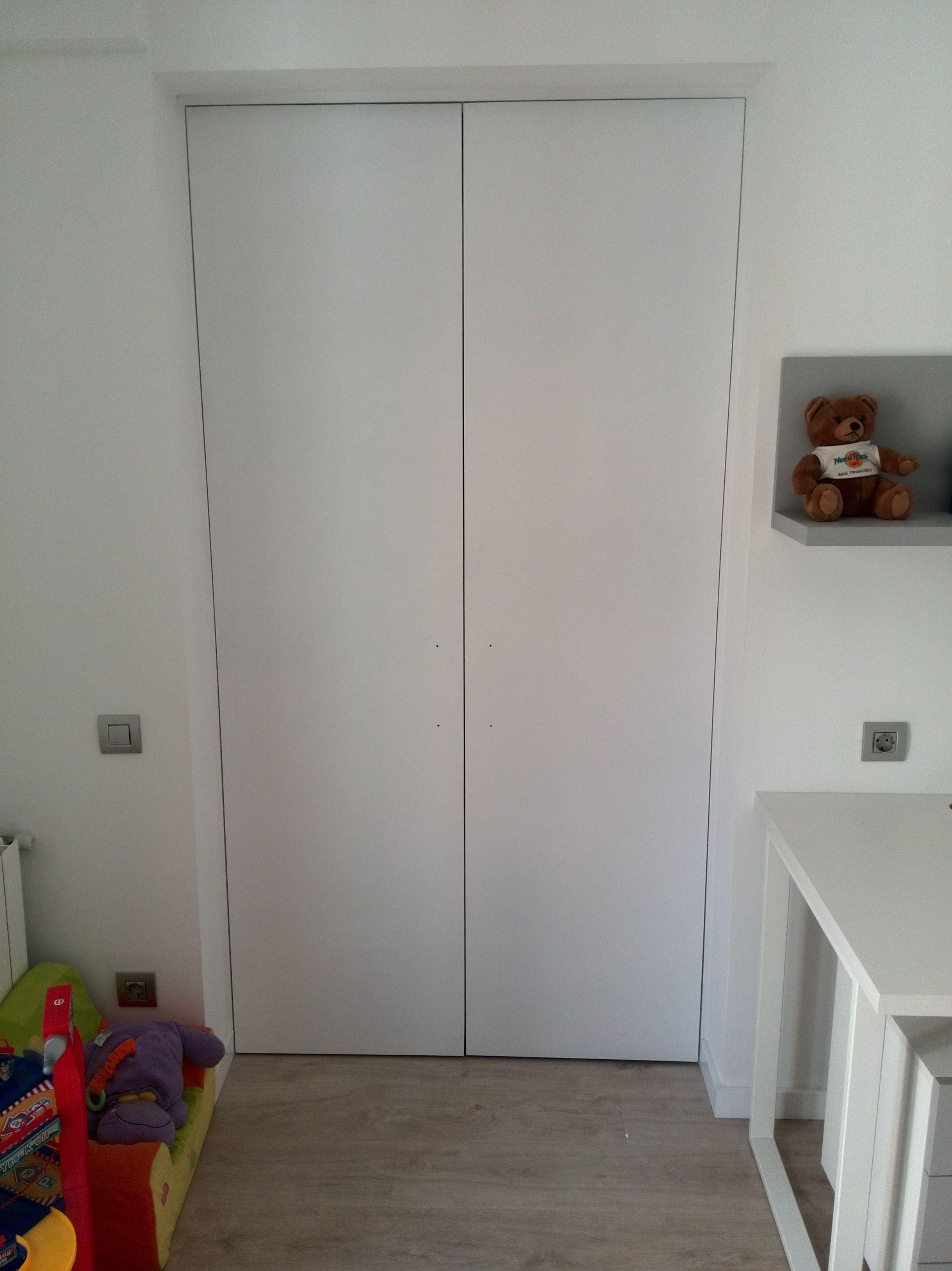 Armario empotrado con puertas en blanco