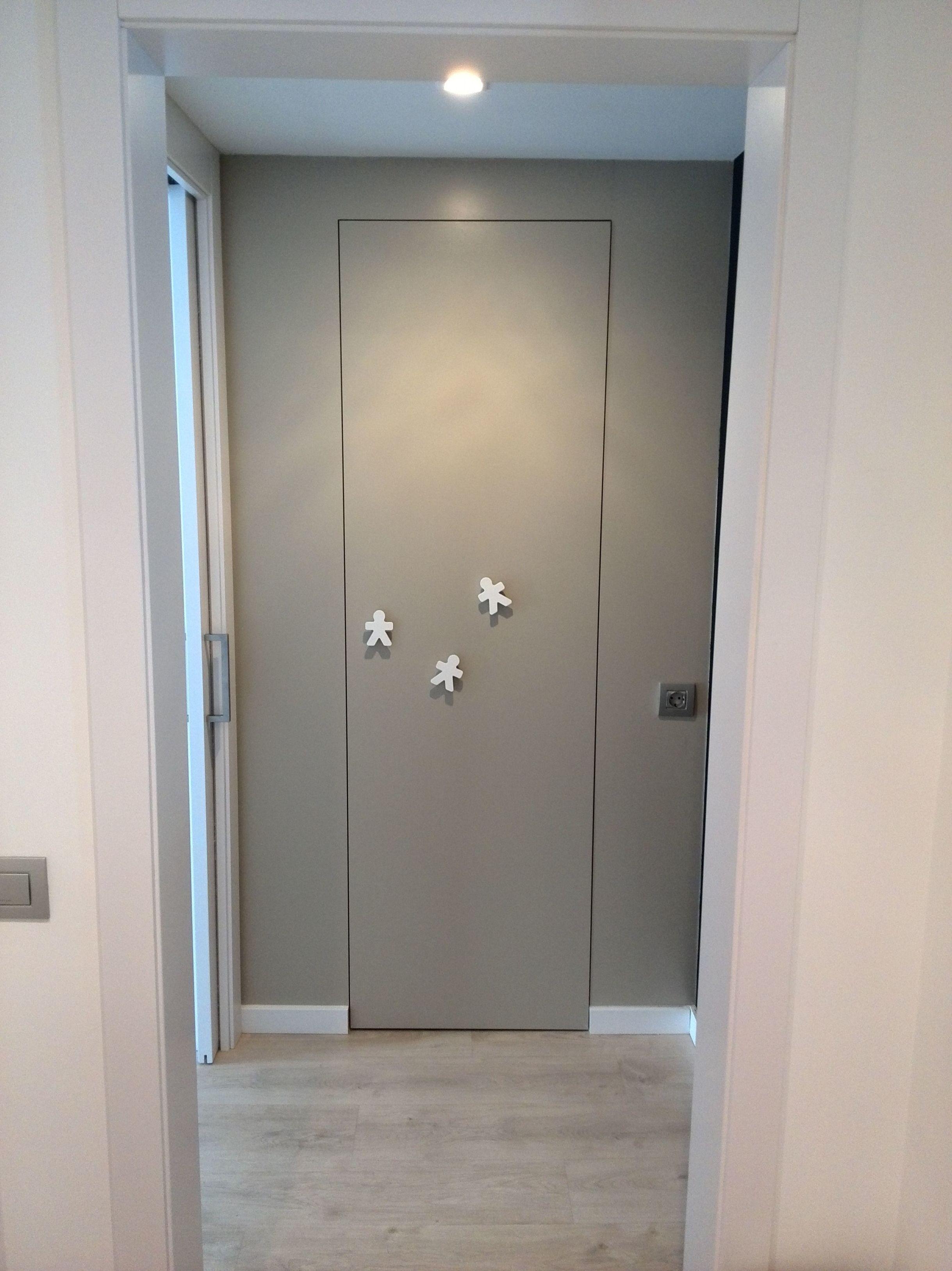 Armario empotrado con puertas color gris