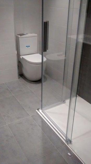 Baño completo con inodoro compacto