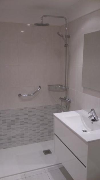 Mueble de baño, espejo y accesorios