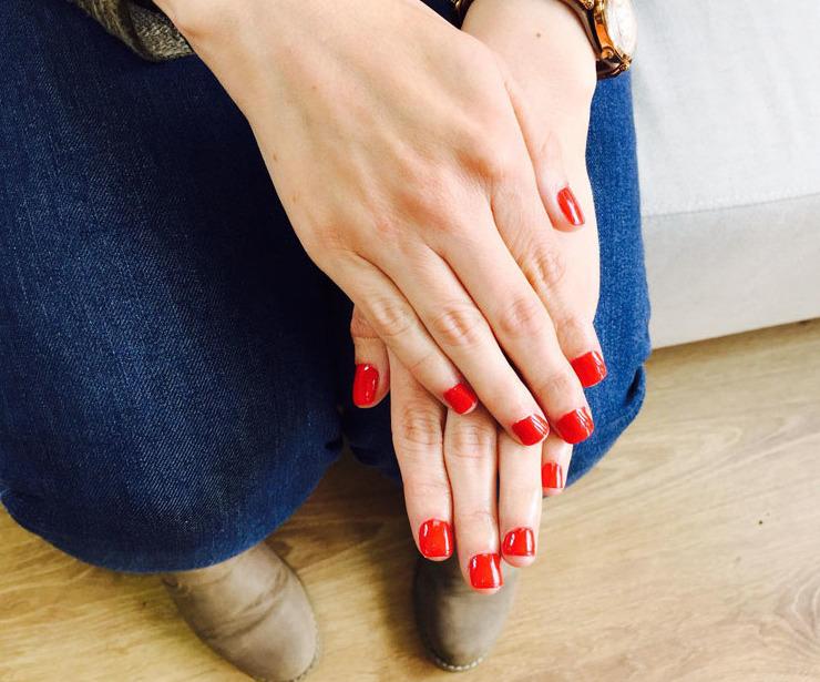 Luce unas manos perfectas con los esmaltes kinetics solar gel rojo