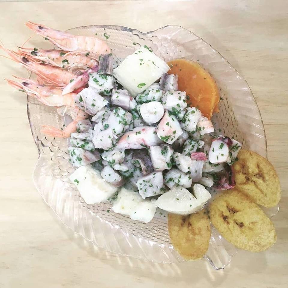 Brisa del pacífico: ceviche de pescado y mariscos macerado con lima