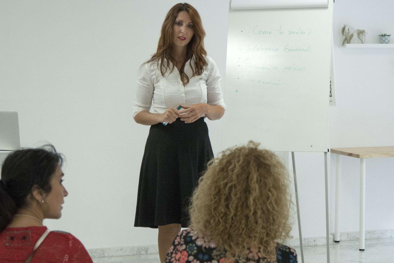 Formadora de cursos de atención sociosanitaria