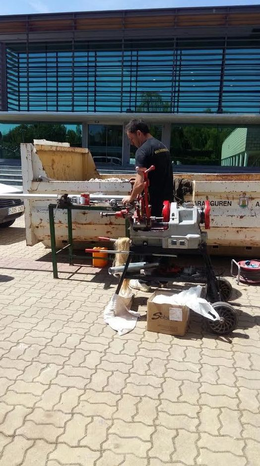 instalación de fontanería con tubería de hierro
