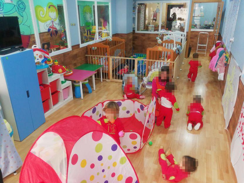 Los niños en plena acción en su clase de psicomotricidad