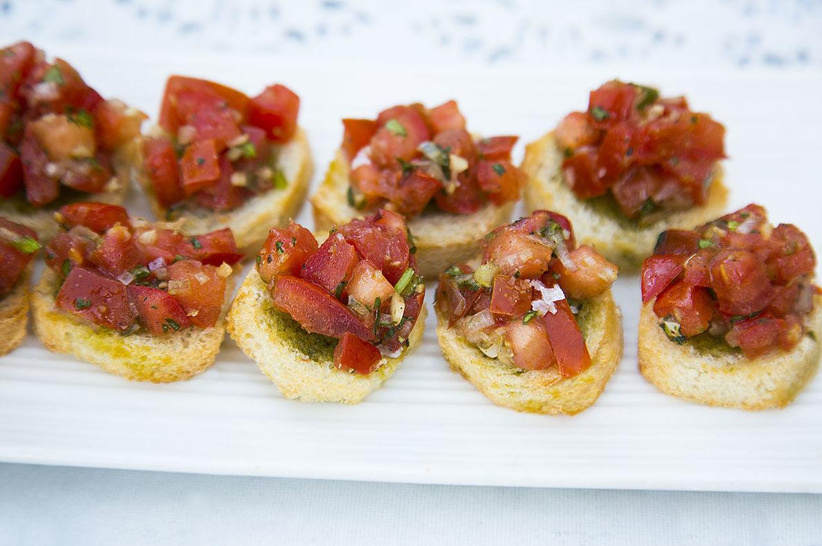 Sabrosos aperitivos con los mejores productos de nuestra tierra & Canapés con tomate fresco y albahaca