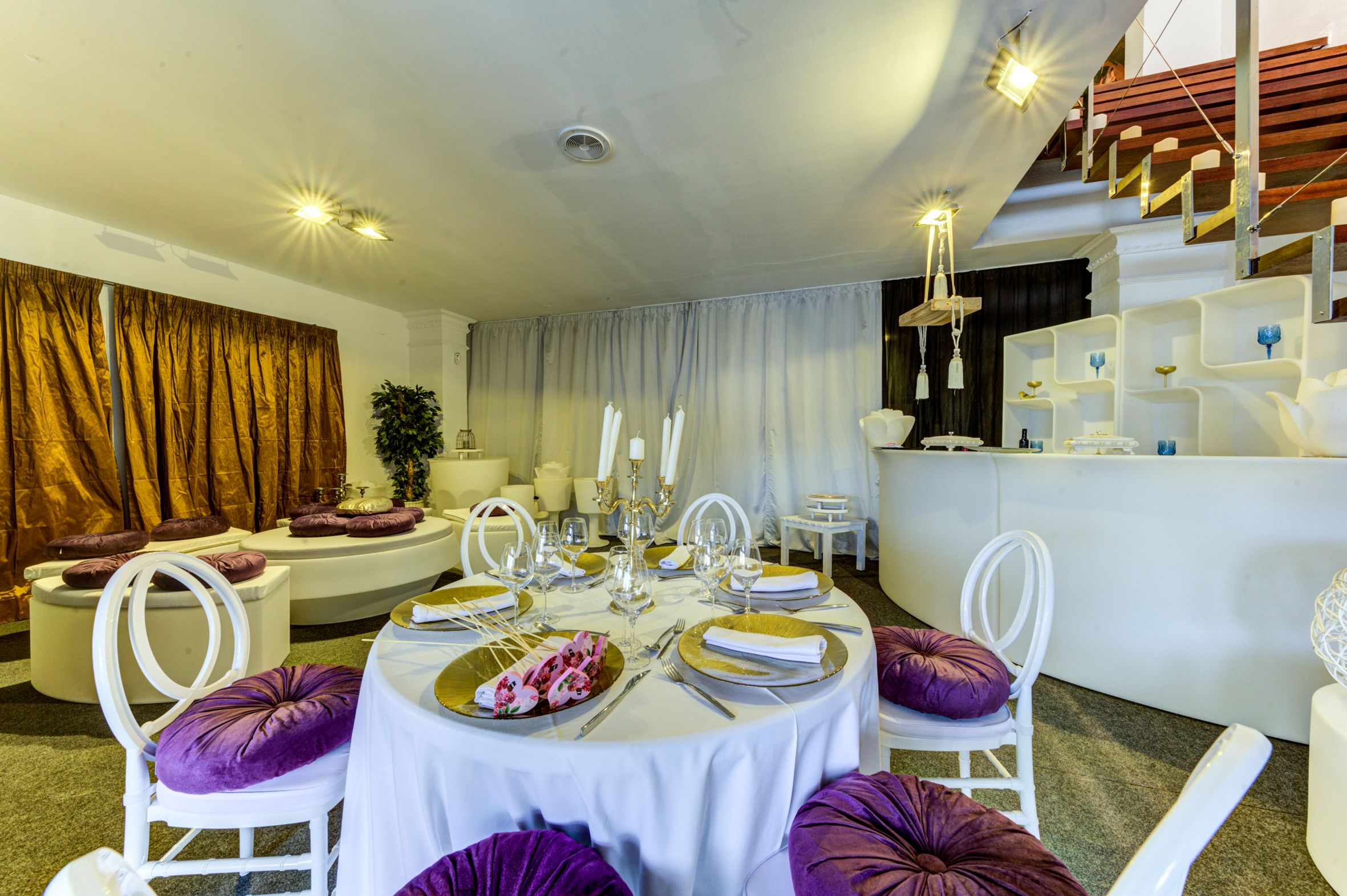 Mesas decoradas con tonalidades color camel y rosa