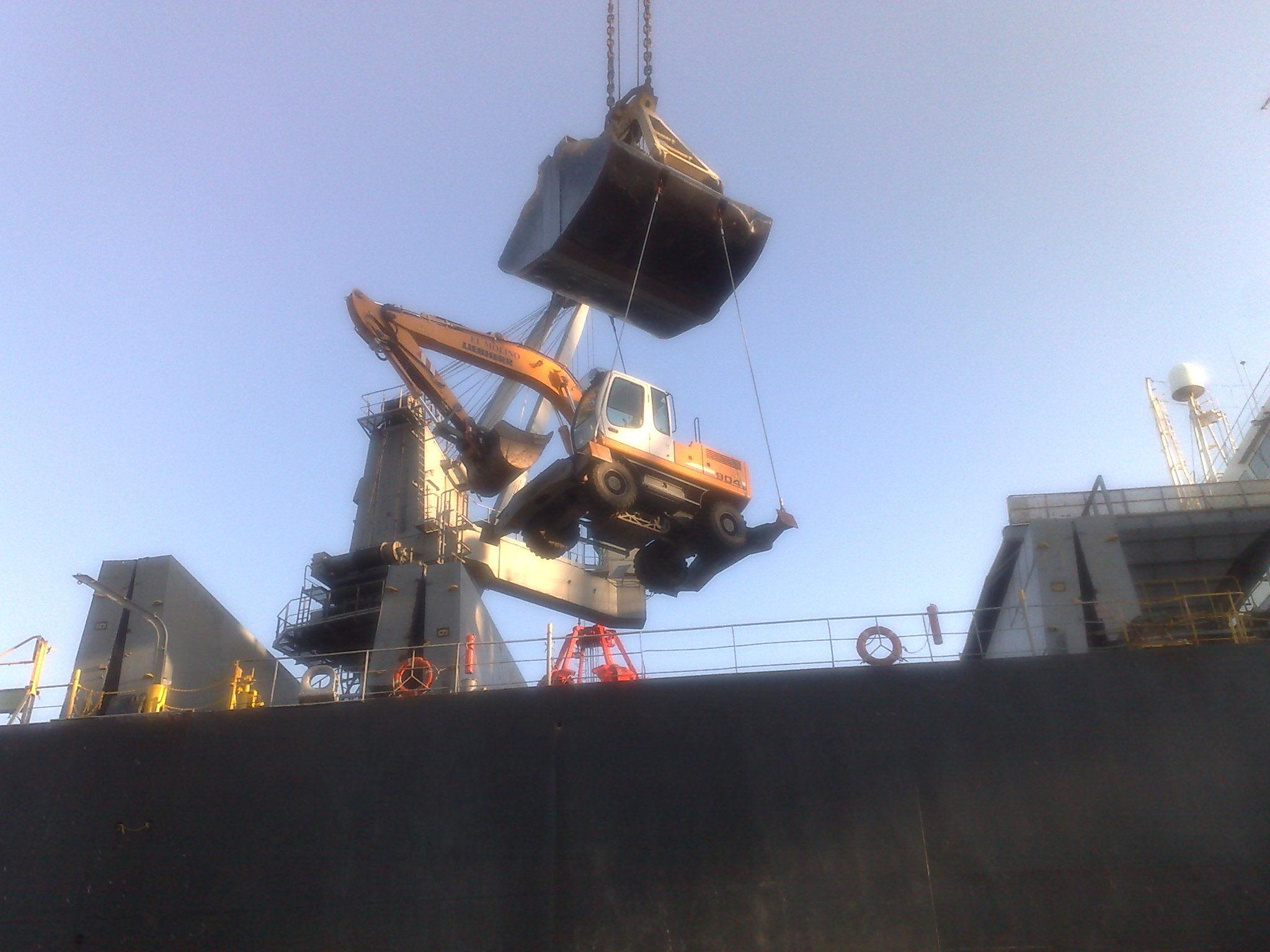 cambio de bodega en buque de astilla puerto de MARIN