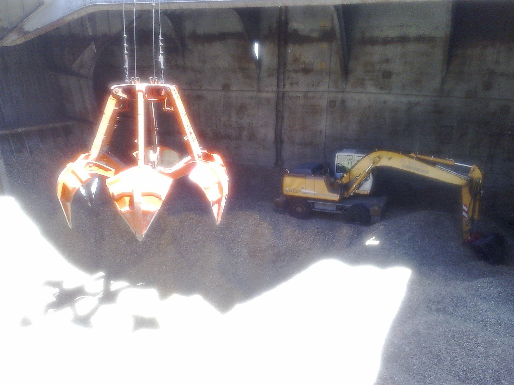 descarga de astilla en el puerto de MARIN-PONTEVEDRA