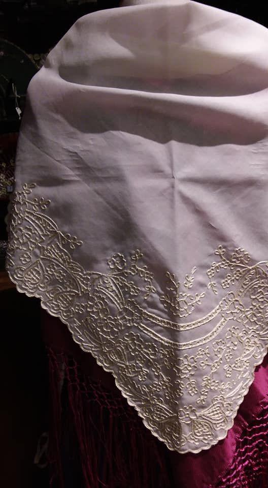 Gran variedad de mantos para vestido regional