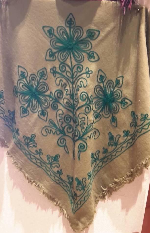 Mantones de lana bordados en cadeneta 140 x 140