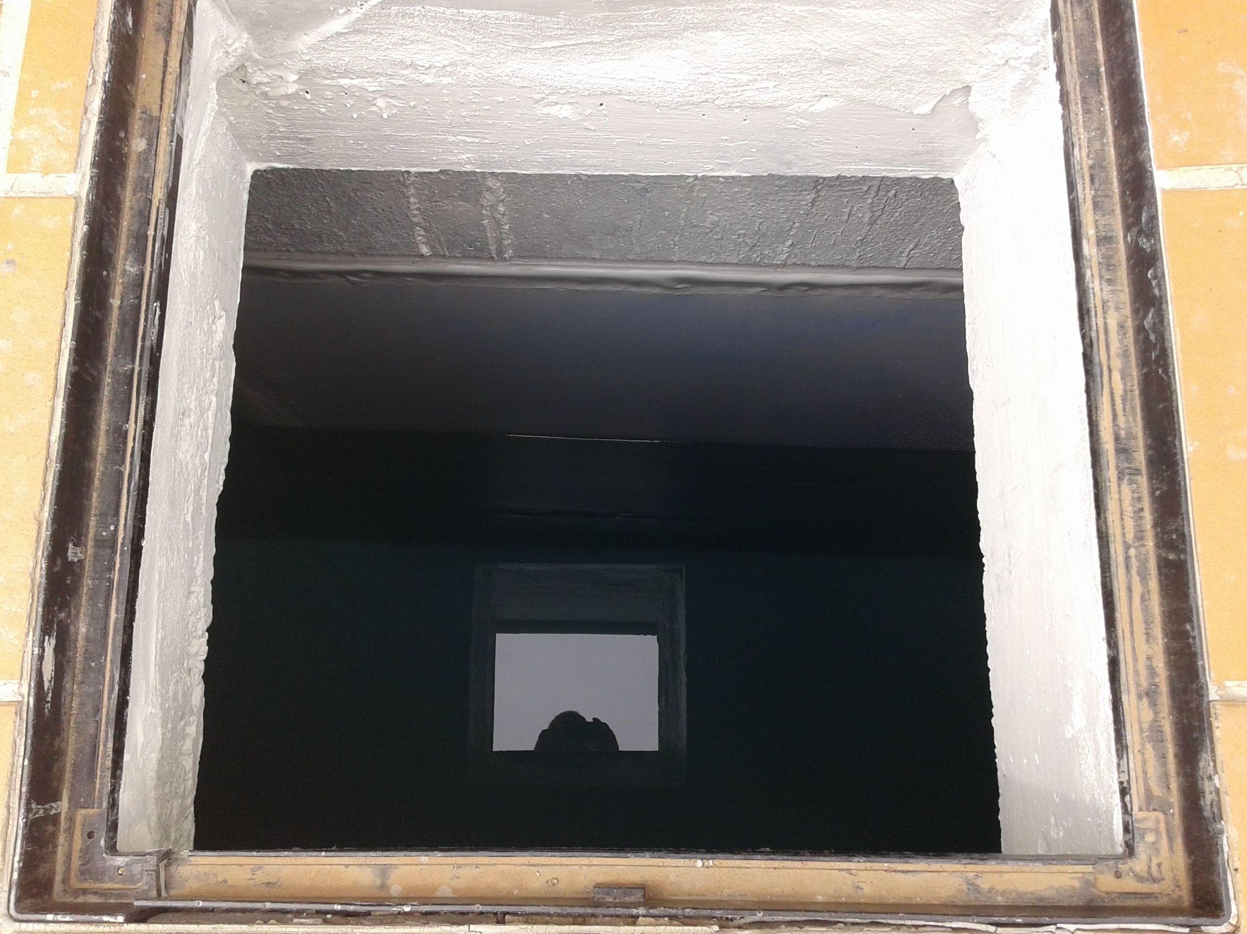 Remates en puerta de acceso a depósito, impermeabilizado con PVC.