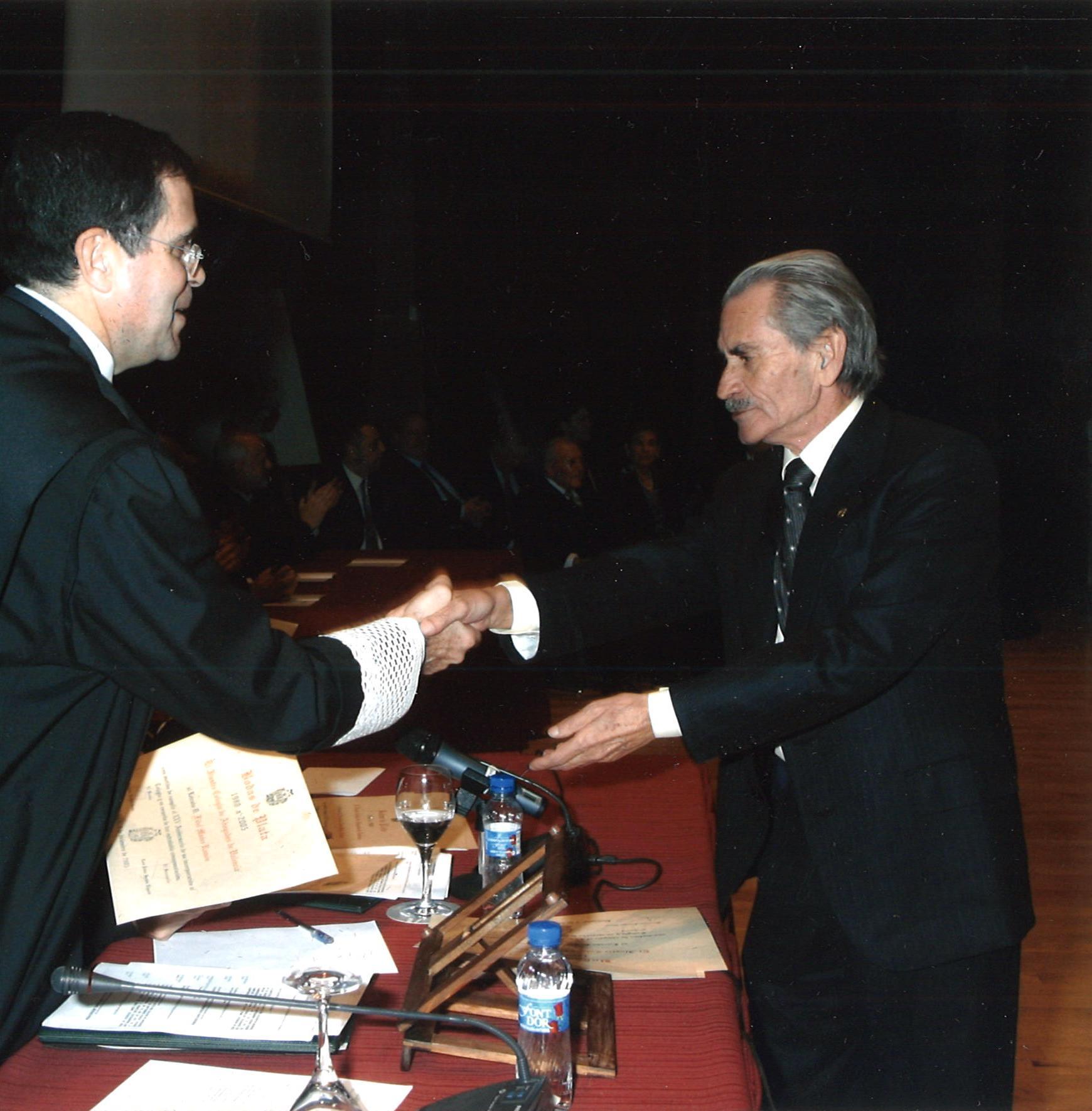 Entrega del diploma a los 25 años de ejercicio de la abogacía de Don Fidel Máñez Ramón.