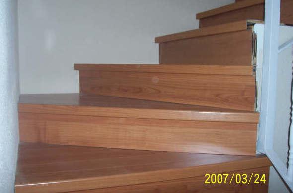 Suelo de madera en escalera de chalet