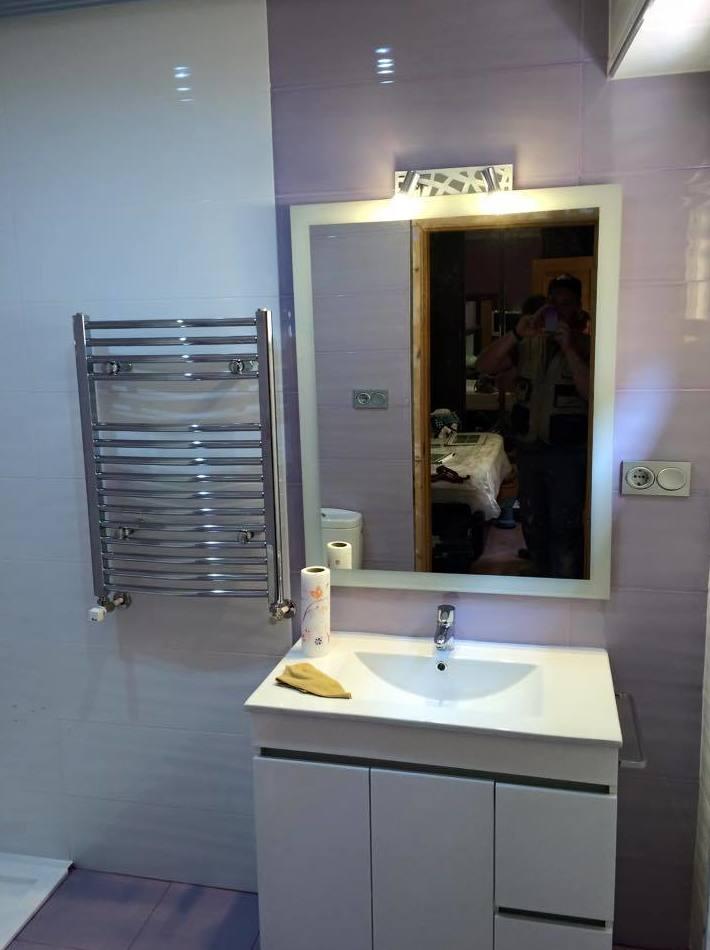 Aseo con azulejo en brillo, efecto oleado blanco y malva