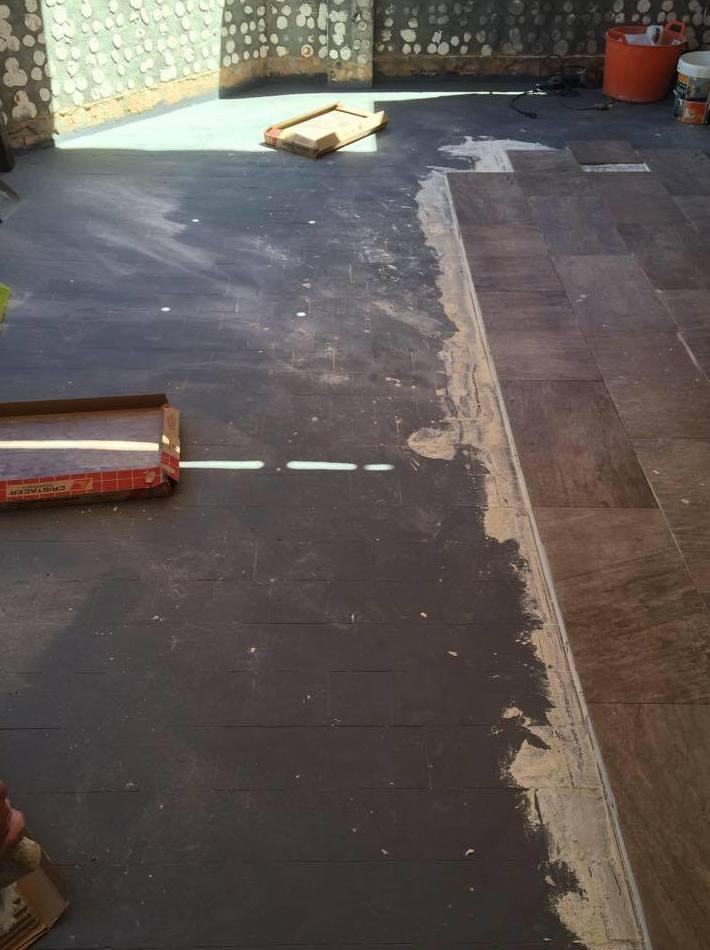 Impermeabilización de antiguo pavimento y solera con porcelánico pizarra