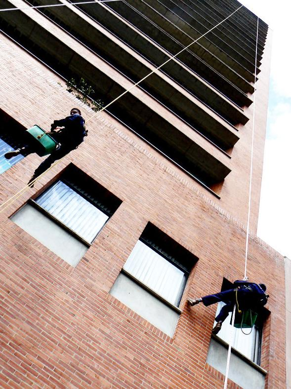 Limpiezas fachadas y cristales: Servicios de limpieza de TLC Servicios