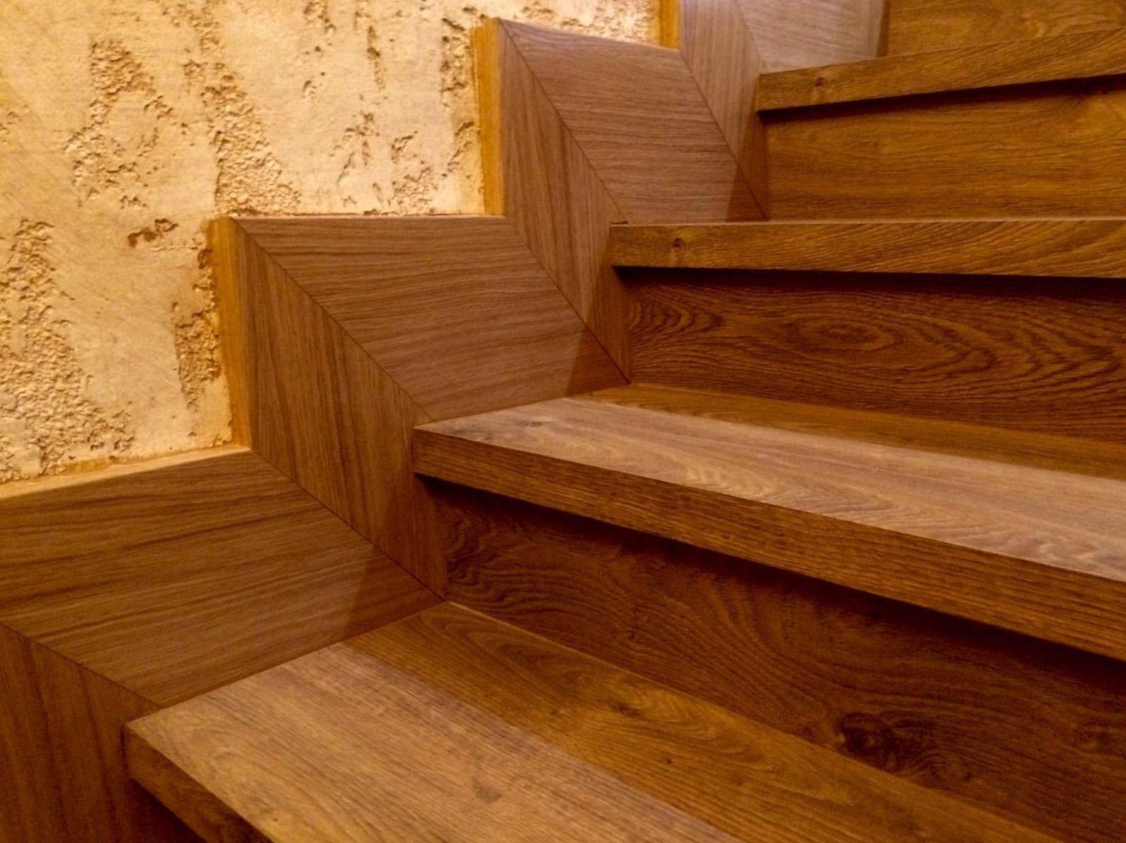 Forrado de escaleras con rodapie y tarima laminada en Getafe